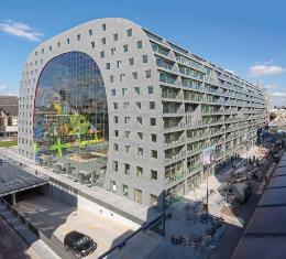 Aldowa engineered, produced and mounted 4,000 perforated, sublimated 2-mm aluminum panels for a mural inside the Markthal Rotterdam, an indoor market and housing development.